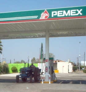 Waiting in line at the gas station in Villa Nueva