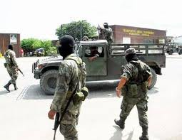 Los militares are the miltary police in México and are always armed.