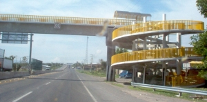 Puentes de peatones (pedestrian bridges) are not necessarily the shortest distance between two points.