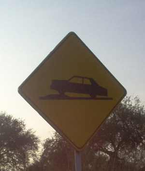 This sign does not indicate a steep incline, but a speed bump.