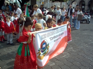Dressed as heroes of the fight for Indepedence, the kindergartens also have a parade.