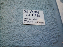 Se Vende La Case donde vive Toñita. Inf. aqui. The house where Tonita lives is for sale. You can get information about that house at the house where this sign is posted. No idea where Toñita lives.