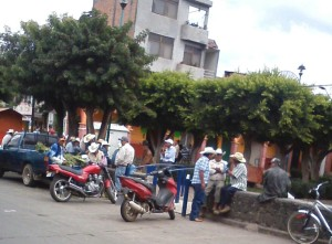A gathering of married men in el jardin in Cerano.